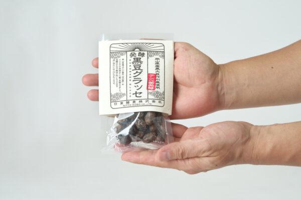 手で持つ黒豆グラッセ