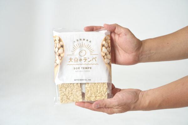 手で持つ大豆のテンペ